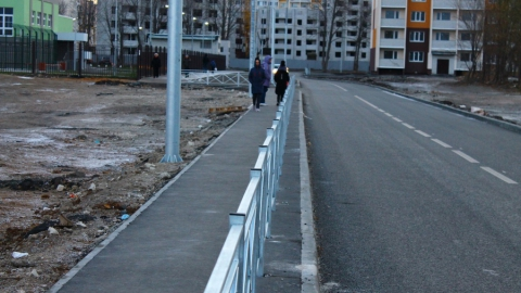 """Новый заборчик отрезал треть тротуара у школы """"Авиатор"""""""