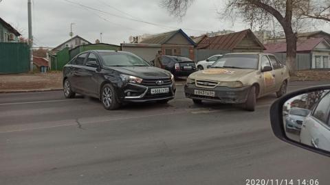 Авария с участием такси создала пробку в сторону Энгельсского моста