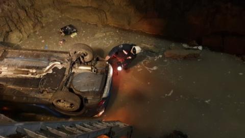 Машина упала в яму с водой в Заводском районе