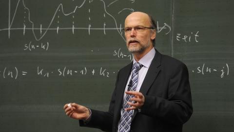 Зарплата саратовских преподавателей вузов начинается от 15,7 тысяч рублей