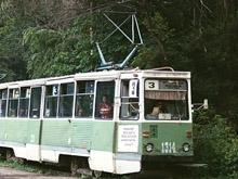 Трамвай №3 не забирал людей с остановок из-за повреждения путей