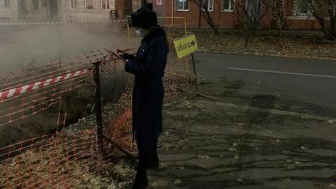 79-летняя саратовчанка упала в раскопанную коммунальщиками яму