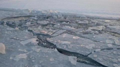 Дети обнаружили во льду реки тело погибшего