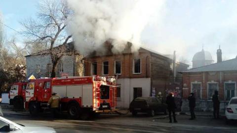 На улице Чапаева горит двухэтажный дом