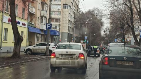 Автоинспектору пришлось подтолкнуть виновника «жуткой» пробки на Мичурина