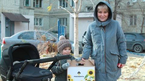 Волонтеры Саратовского НПЗ поздравили многодетных сотрудников с Днем матери