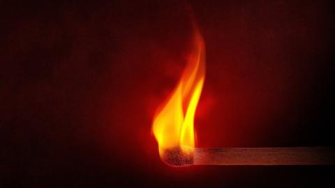 13 человек эвакуировали из горящего дома в Энгельсе