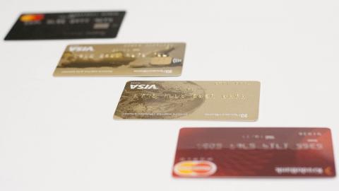 На клиентов салона связи тайно оформляли кредитки