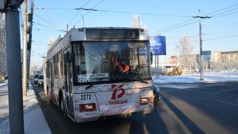Только что пущенные троллейбусы встали на Трофимовском мосту. Обрыв сети