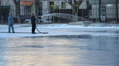 В Саратове заливают катки и хоккейные коробки