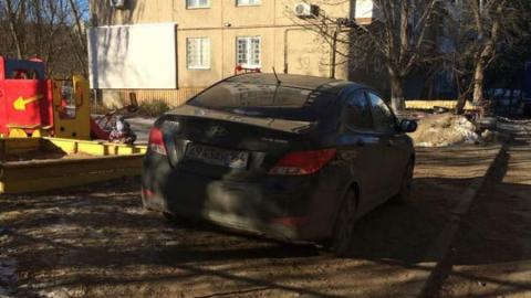 Автохам заехал «поиграть в песочнице» в Кировском районе