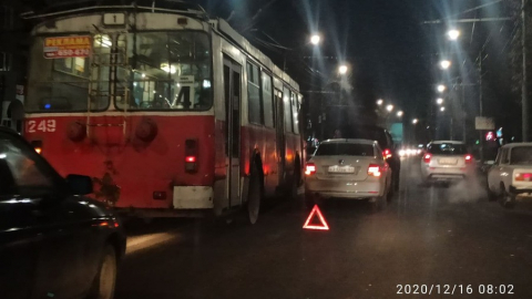 Блокировано движение на проспекте Энтузиастов в Саратове