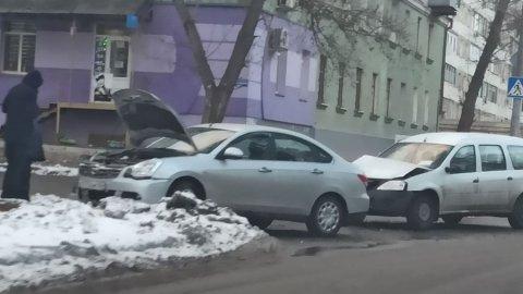 На улице Степана Разина автомобили столкнулись из-за ледяных торосов