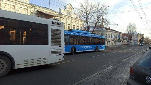Volkswagen столкнулся с троллейбусом «пятеркой» и заблокировал проезд на Московской