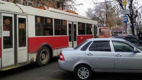 Автохам в Саратове загородил выход из троллейбуса