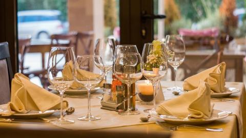 Ресторанам запретят добавлять чаевые в чек