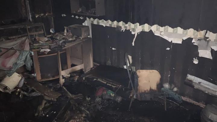 Саратовчанка умерла в подъезде дома после пожара