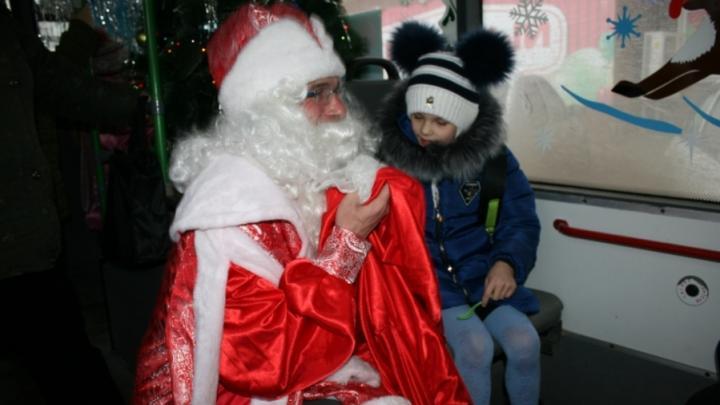В Энгельсе на маршрут вышел троллейбус с Дедом Морозом