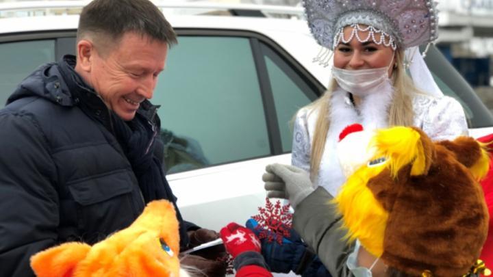 Саратовских автомобилистов встретят прекрасные Снегурочки