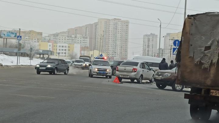 Renault DUSTER выбросило на встречную полосу в Кировском районе