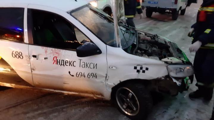 Утром в Саратове погибла пассажирка такси