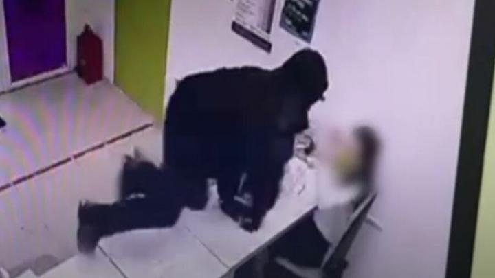 В Энгельсе мужчина напал с ножом на сотрудницу микрофинансовой компании | ВИДЕО