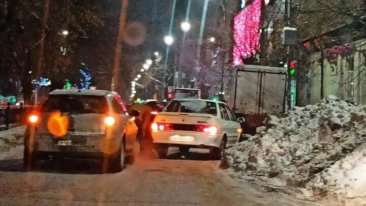 Машины встали у рынка на Рахова из-за аварии и неубранного снега