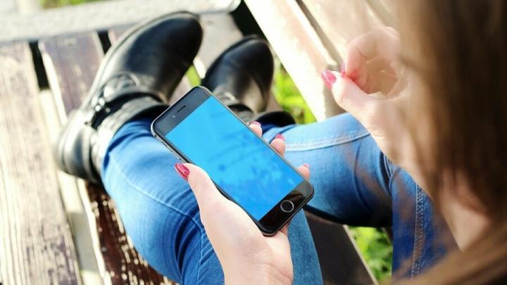 Женщина украла телефон у пожилого саратовца в Детском парке