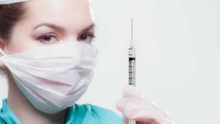 Любителям крещенских купаний рассказали, когда делать прививку от коронавируса