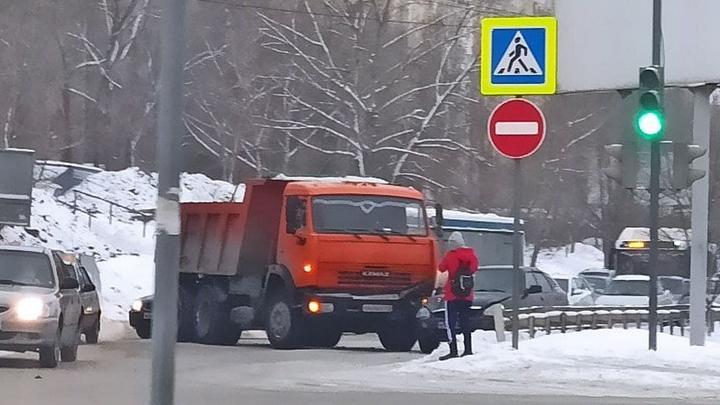 Улица Тархова встала в пробке из-за аварии с «КамАЗом»