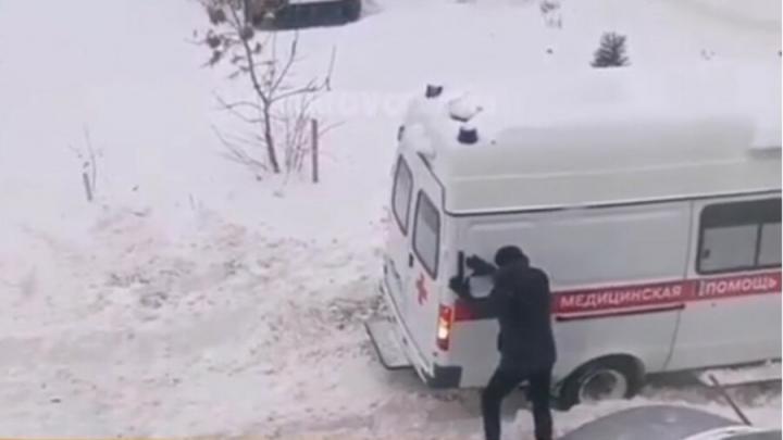 Автомобиль скорой помощи застрял в снежных завалах Солнечного | ВИДЕО