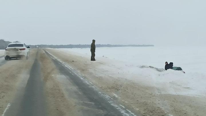 С трассы Саратов - Уральск вылетела KIA