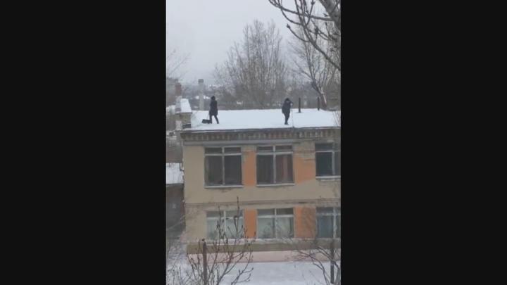 Директор детского сада в Ленинском районе отправила сотрудниц чистить крышу от снега