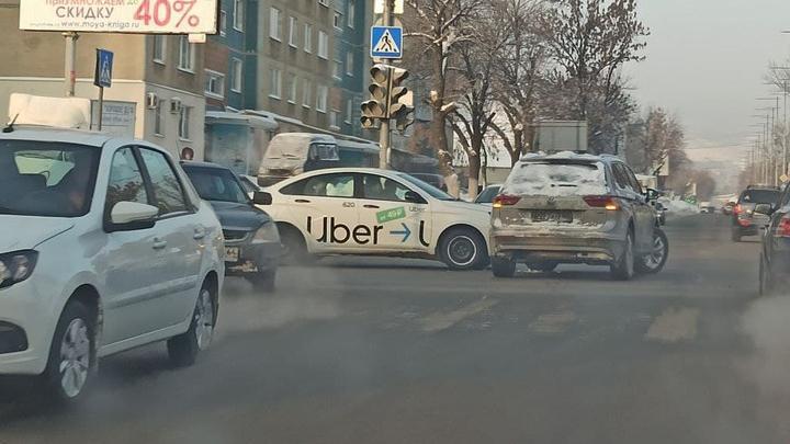 Такси Uber попало в аварию на Чапаева и Соколовой