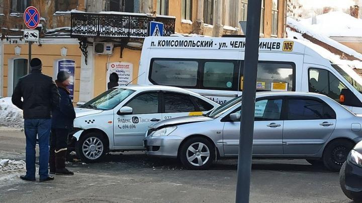 На Чернышевского встал транспорт из-за аварии с Яндекс-такси
