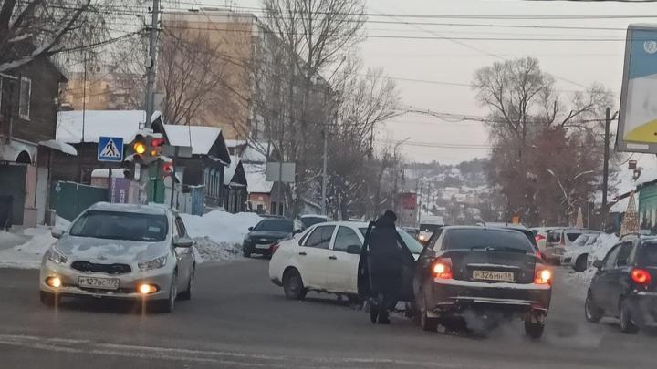 В центре Саратова столкнулись две «Лады»