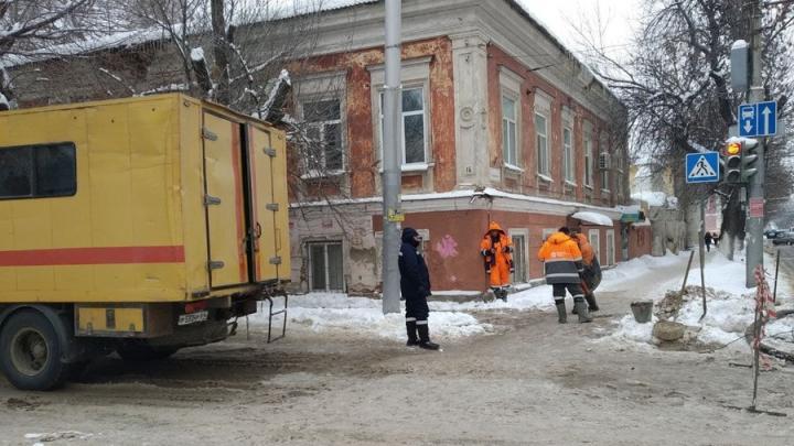 Улицу Чернышевского заливает вода из прорвавшихся коммуникаций