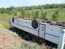 На трассе рейсовый автобус с пассажирами опрокинулся в кювет