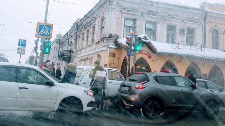 В центре Саратова ограничено движение из-за ремонтных работ