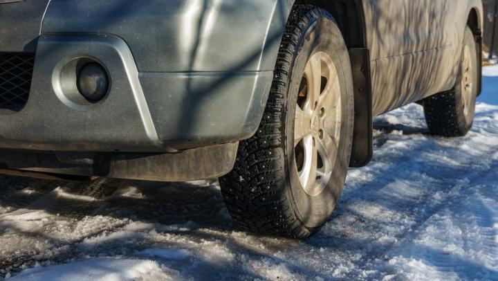 Угонщики автомобиля перевернулись в кювете в Саратовской области