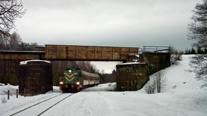 В Саратовской области мужчина упал с моста на грузовой поезд