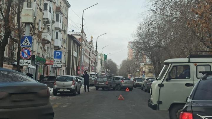 В районе областного суда в Саратове парализовано движение