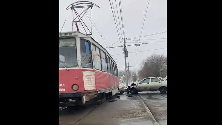 «Десятка» врезалась в трамвай: пассажиры остались негодовать на остановке