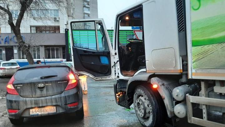 Hyundai зацепил грузовик на Мичурина