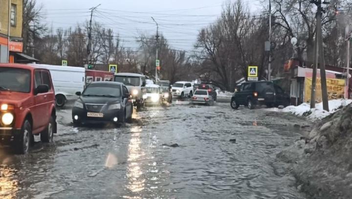 Улицы Саратова тонут в дожде