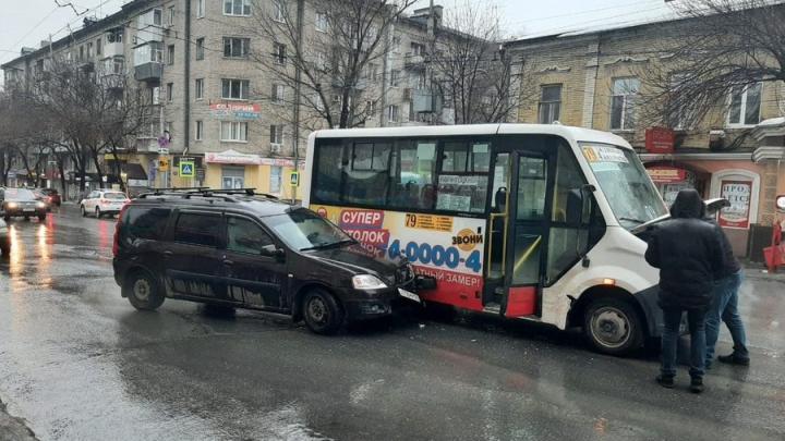 79-я маршрутка попала в аварию на Чапаева