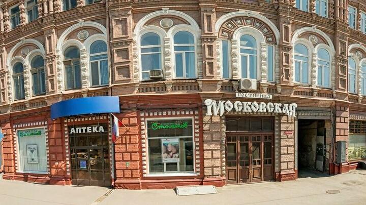 В центре Саратова на пенсионерку упала глыба льда