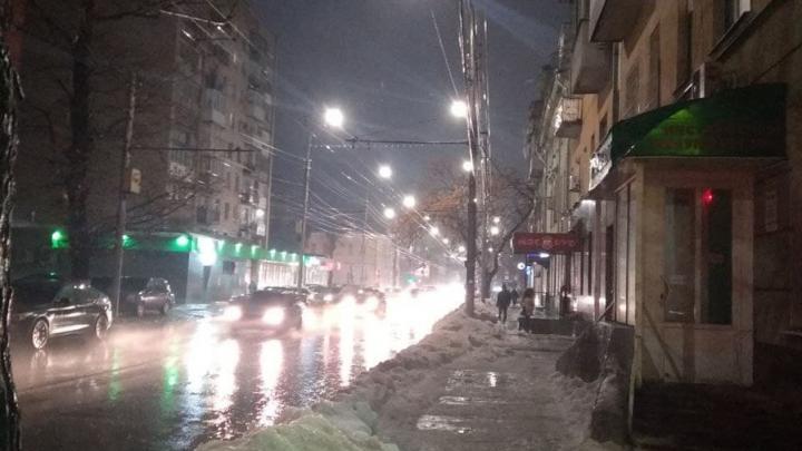 В Саратове закрылись катки, но весь город из-за голеледа превратился в гигантский каток