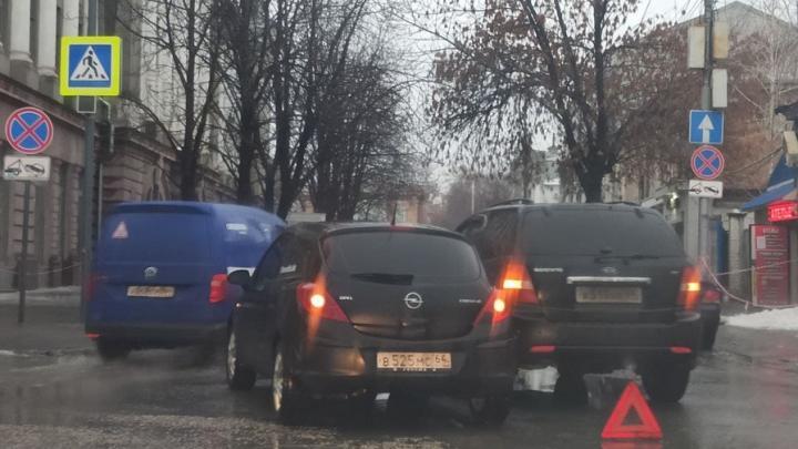 На Первомайской в Саратове пробка из-за ДТП