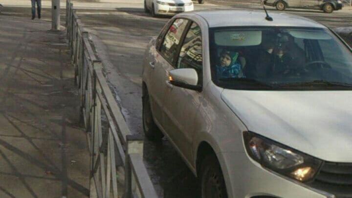 Парковка в два ряда и ложная аварийка - так саратовцы обходятся без парковки у рынка на Рахова | ВИДЕО